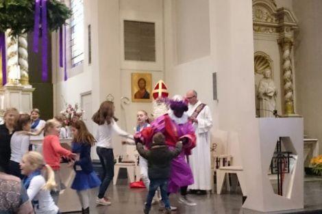 Sinterklaas bij de kindermis in de Machutuskerk