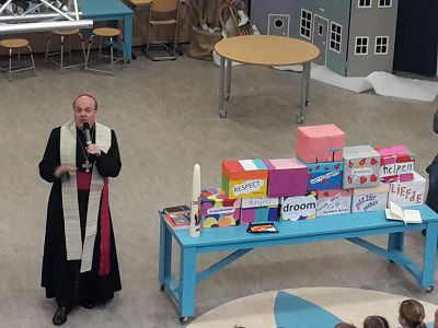 Bisschop zegent Ruimte van Rust in bij basisschool