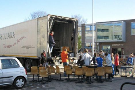 Werkgroep Comandau stuurt schoolmeubels naar Roemenië