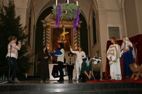 Leerkrachten van De Zeester spelen het kerstspel in de Machutuskerk