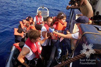 Reddingsbrigadelid terug van Reddingsactie bootvluchtelingen Middellandse zee