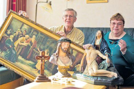 Beelden, kruisbeelden, religieuze prenten en een lichtgevende Maria.