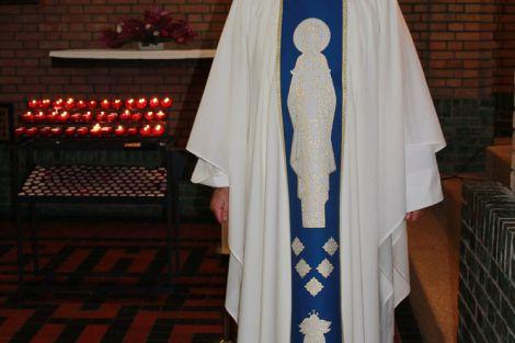 Mariakazuifel geschonken aan parochie Honselersdijk