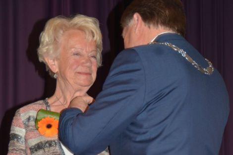 Toos Slaman uit Honselersdijk koninklijk onderscheiden