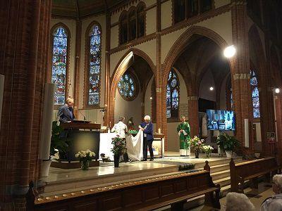 Een nieuw altaardoek voor het altaar van de St. Jan de Doperkerk