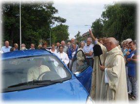 Inzegening brommobiel voor 93-jarige parochiaan